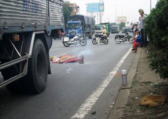 Bị xe tải cán chết vì mải mê nghe điện thoại ảnh 1