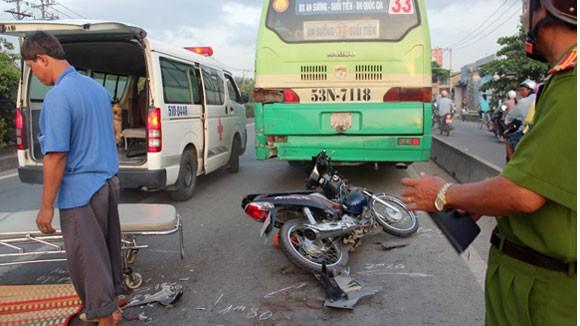 Chết vì tự tông vào đuôi xe buýt trong làn đường ô tô ảnh 2