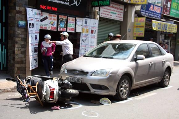 Hai ô tô tông hai xe máy, ba người bị thương ảnh 1