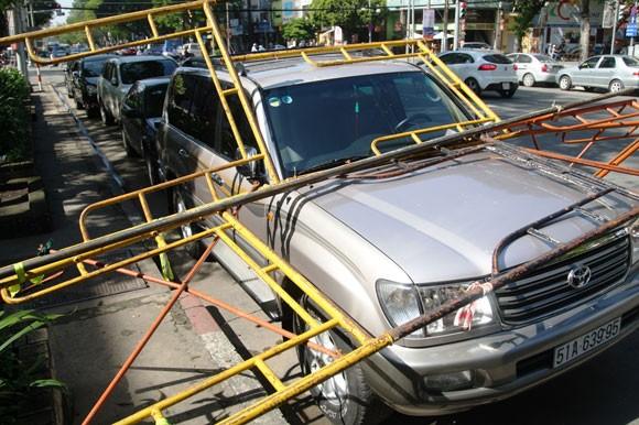Dàn giáo công trình đổ sập, lái xe ôtô suýt chết ảnh 1