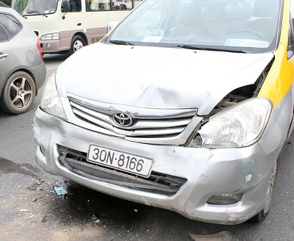 Phanh gấp, 7 xe ô tô tông vào đuôi nhau trên đường Thăng Long - Nội Bài ảnh 2