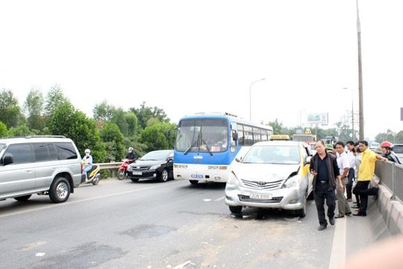Phanh gấp, 7 xe ô tô tông vào đuôi nhau trên đường Thăng Long - Nội Bài ảnh 1
