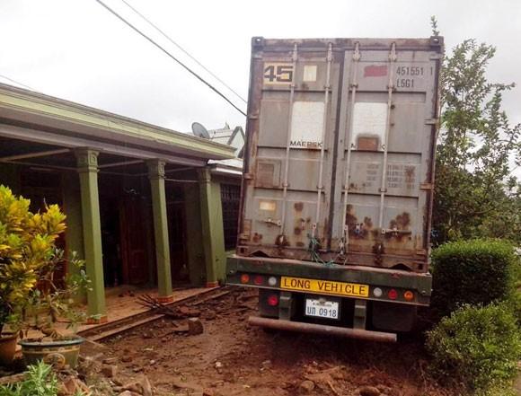 Mất lái, xe chở gỗ lao vào nhà dân ảnh 1