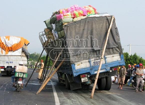 Chở hàng cồng kềnh, xe tải suýt lật nhào ảnh 1