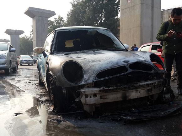 Hà Nội: Mini cooper bốc cháy giữa đường ngày cuối năm ảnh 2