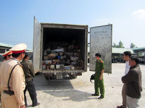 Phát hiện xe chở hàng tấn chất thải độc hại ảnh 1