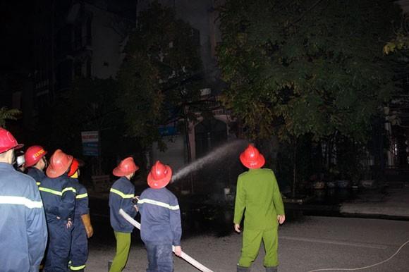 Hà Nội: Cột điện bốc cháy sáng rực cả phố Trúc Khê ảnh 2