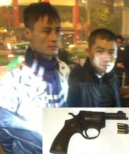 2 nam thanh niên giấu súng trong cốp xe ảnh 1