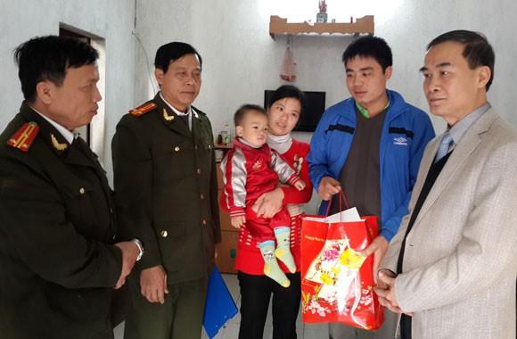 Công an Hà Nội thăm và tặng quà các chiến sĩ có hoàn cảnh khó khăn ảnh 3