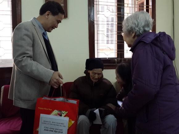 Công an Hà Nội thăm và tặng quà các chiến sĩ có hoàn cảnh khó khăn ảnh 1