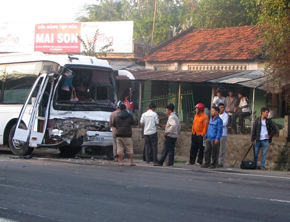 Xe khách đâm xe bồn, hàng chục hành khách hú vía ảnh 1