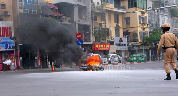 Hà Nội: Xe máy bốc cháy dữ dội giữa ngã tư ảnh 1