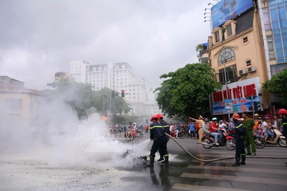 Hà Nội: Xe máy bốc cháy dữ dội giữa ngã tư ảnh 3