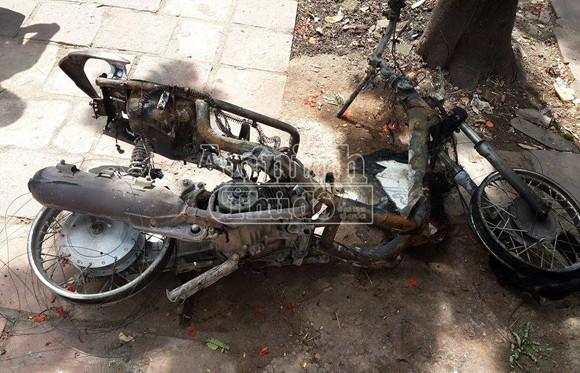 Hà Nội: Xe máy bốc cháy dữ dội giữa ngã tư ảnh 4
