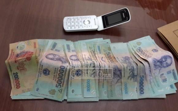 Lừa cướp túi đựng thẻ cào nạp tiền cho ĐTDĐ ảnh 2