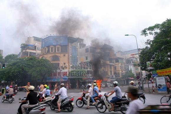 Hà Nội: Xe máy bốc cháy dữ dội giữa ngã tư ảnh 2