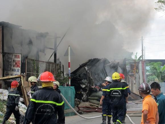 Vựa phế liệu bốc cháy dữ dội, sơ tán khẩn cấp 20 trẻ mầm non ảnh 1