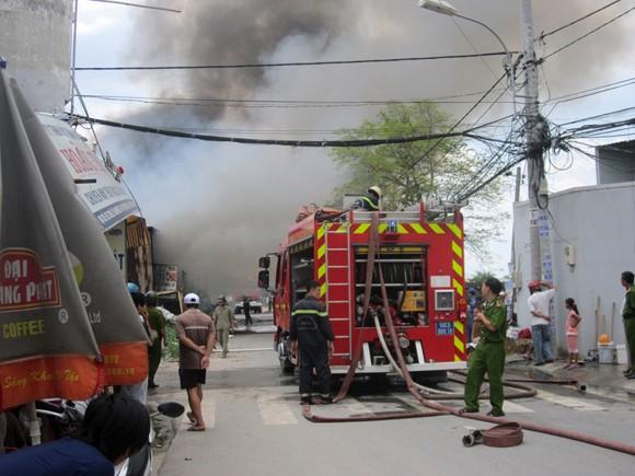 Vựa phế liệu bốc cháy dữ dội, sơ tán khẩn cấp 20 trẻ mầm non ảnh 2