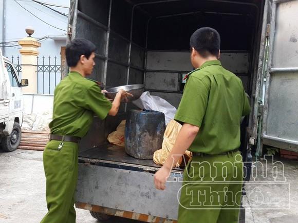 Cơ sở bẩn thỉu, nhân viên núp trong thùng xe tải để thái mỡ ảnh 9