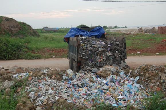 Phát hiện 2 đối tượng đổ trộm chất thải ảnh 1