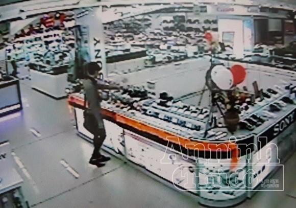 Cắt dây bảo vệ, lấy trộm máy ảnh trưng bày trong Pico Plaza ảnh 2