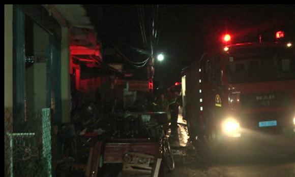 Kịp thời dập tắt vụ cháy cơ sở cao su trong khu dân cư ảnh 1