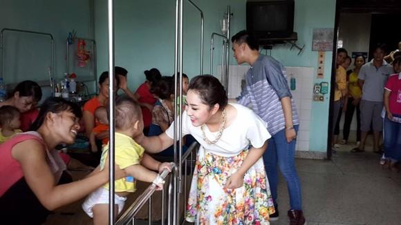 Các nghệ sĩ tình nguyện mang âm nhạc đến Bệnh viên Nhi ảnh 1