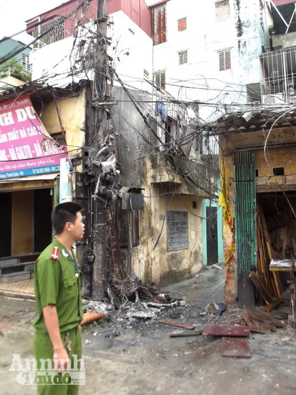 Hà Nội: Cột điện cháy rụi suýt thiêu nhà dân ảnh 1