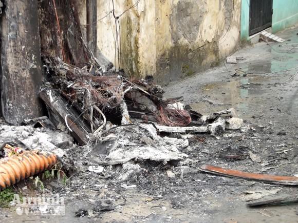Hà Nội: Cột điện cháy rụi suýt thiêu nhà dân ảnh 2