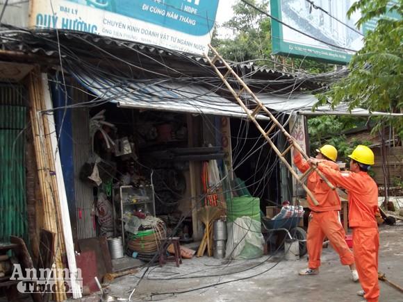 Hà Nội: Cột điện cháy rụi suýt thiêu nhà dân ảnh 3