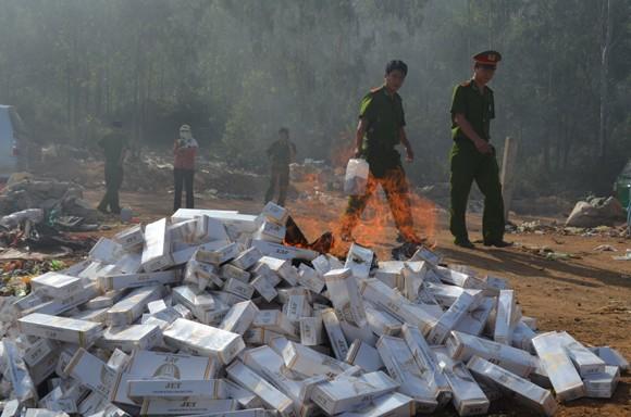Tiêu hủy trên 3000 bao thuốc lá và rượu nhập lậu ảnh 1