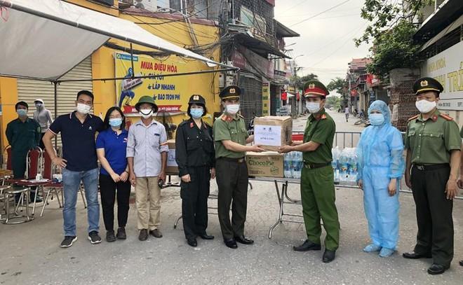 Công đoàn Công an Hà Nội trao tặng khẩu trang, nước sát khuẩn cho các chốt cách ly dịch Covid-19 ảnh 1