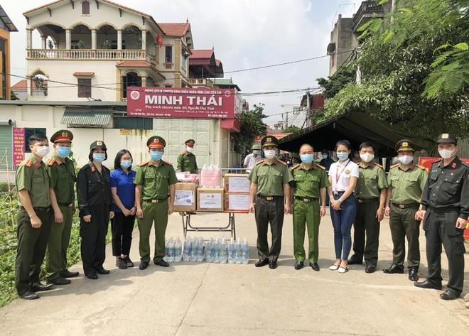 Công đoàn Công an Hà Nội trao tặng khẩu trang, nước sát khuẩn cho các chốt cách ly dịch Covid-19 ảnh 2