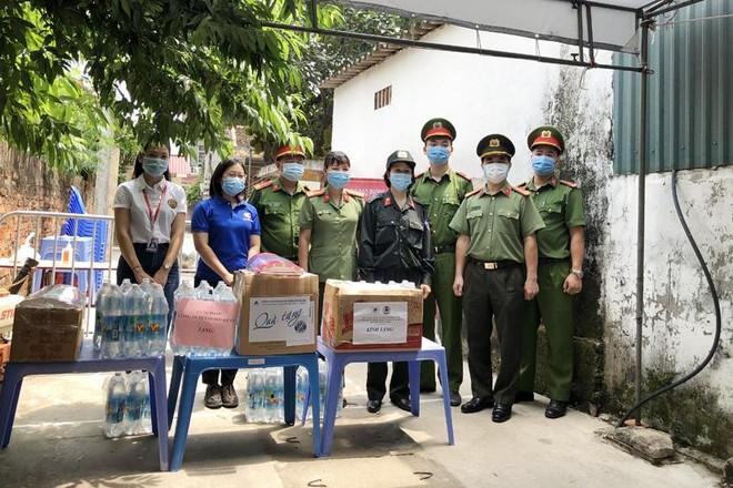 Công đoàn Công an Hà Nội trao tặng khẩu trang, nước sát khuẩn cho các chốt cách ly dịch Covid-19 ảnh 3