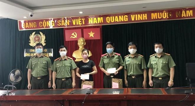 Công đoàn Công an Hà Nội trao tặng khẩu trang, nước sát khuẩn cho các chốt cách ly dịch Covid-19 ảnh 4