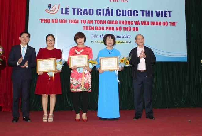 Trao giải Cuộc thi viết phụ nữ với ATGT và văn minh đô thị ảnh 1