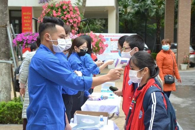 Thanh niên Thủ đô hỗ trợ học sinh trong ngày đầu tiên trở lại trường ảnh 1