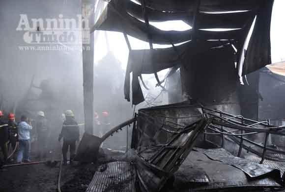 Cháy lớn, nhiều cảnh sát chữa cháy bị bỏng ảnh 1