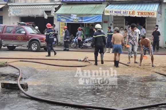 Cháy lớn, nhiều cảnh sát chữa cháy bị bỏng ảnh 2