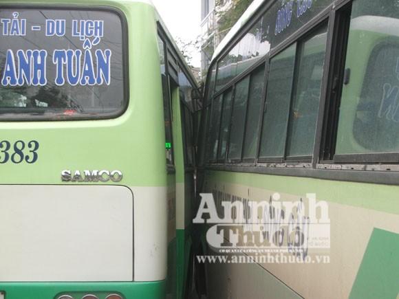 Hàng chục hành khách hoảng loạn khi 2 xe buýt tranh nhau vào bến ảnh 1