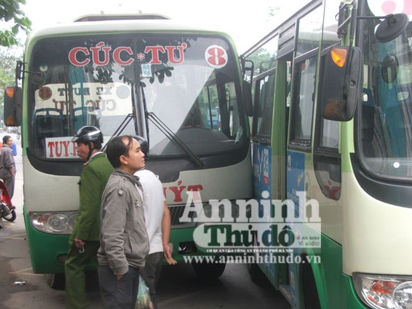 Hàng chục hành khách hoảng loạn khi 2 xe buýt tranh nhau vào bến ảnh 2
