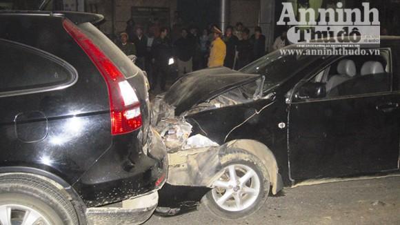Đợi tín hiệu giao thông, 2 xe tô tô bị tông từ phía sau ảnh 1