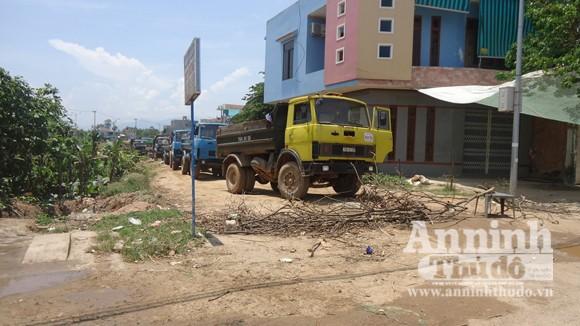 Dân cản đường vì xe tải gây bụi ảnh 1