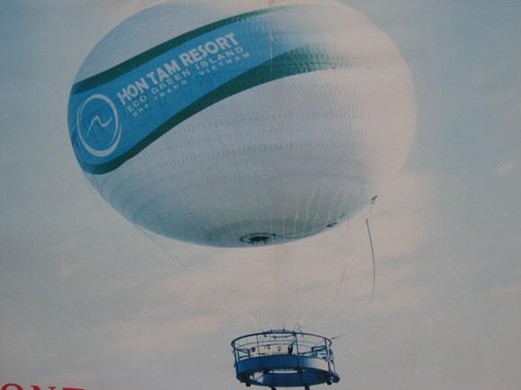 Mưa dông, khinh khí cầu 1,2 triệu euro nổ tung ảnh 1