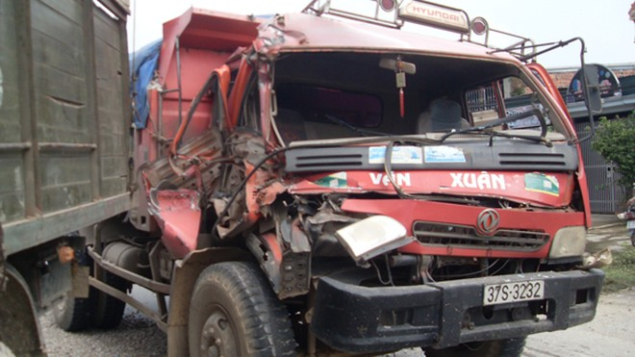 3 ôtô tông nhau liên tiếp, trên 20 hành khách may mắn thoát nạn ảnh 1