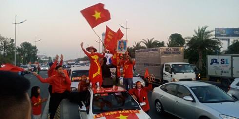 Người dân háo hức chờ đợi đội tuyển U22 Việt Nam và đội tuyển bóng đá nữ Việt Nam tại sân bay Nội Bài. Ảnh: Đức Huy - Mỹ Linh