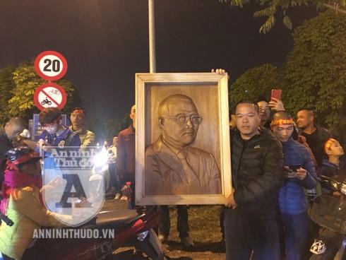 Người dân ôm bức hình của HLV Park Hang-seo đến đón đội tuyển bóng đá U22 Việt Nam. Ảnh: Mỹ Linh