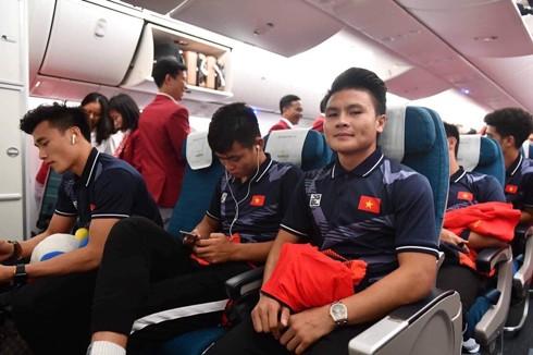 Nguyễn Quang Hải cùng các đồng đội trên chuyến bay về nước. Ảnh: Văn Tuyến