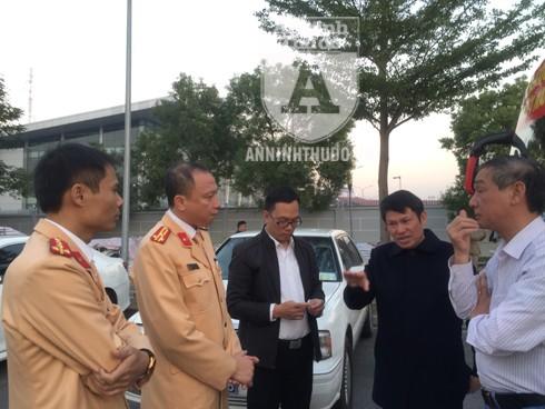 Trước việc thời gian hạ cánh của siêu máy bay chở đoàn thể thao VN chậm hơn so với dự kiến, Đại tá Nguyễn Văn Viện, Phó Giám đốc CATP Hà Nội cùng với Ban chỉ huy các đơn vị, chức năng điều chỉnh các phương án đón, dẫn phù hợp với tình hình thực tế. Ảnh: Hoàng Phong