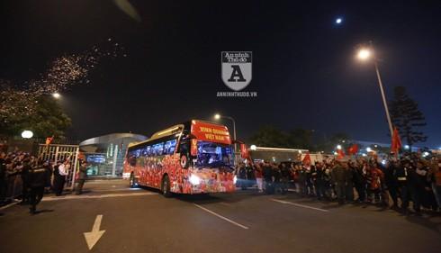Hàng trăm người hâm mộ chào đón đoàn xe của các tuyển thủ Việt Nam. Ảnh: Lam Thanh